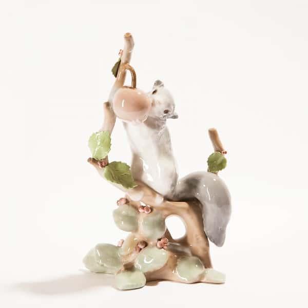 Фарфоровая статуэтка «Белочка с ягодой»