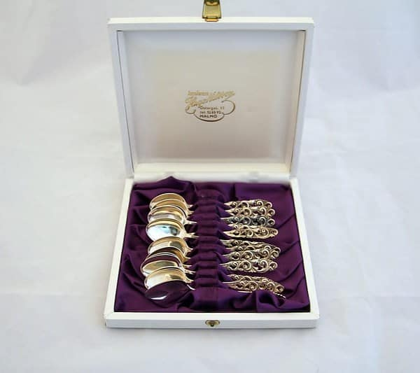 Набор серебряных чайных ложек в белой коробке