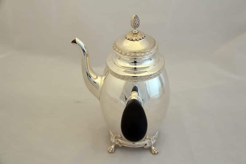 Серебряный кофейник с чёрной ручкой
