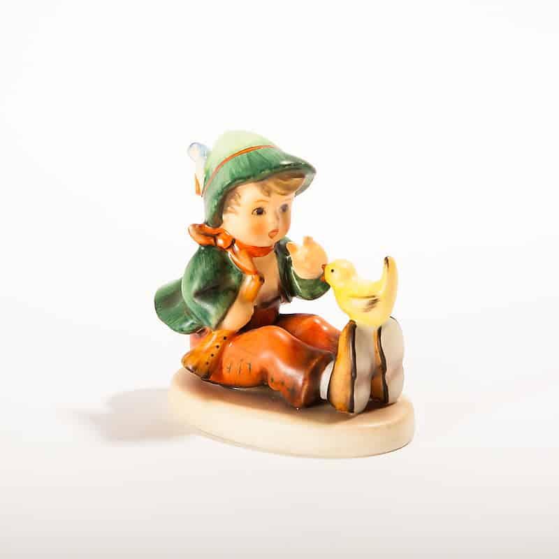 Фарфоровая статуэтка «Сидящий мальчик с птицей»