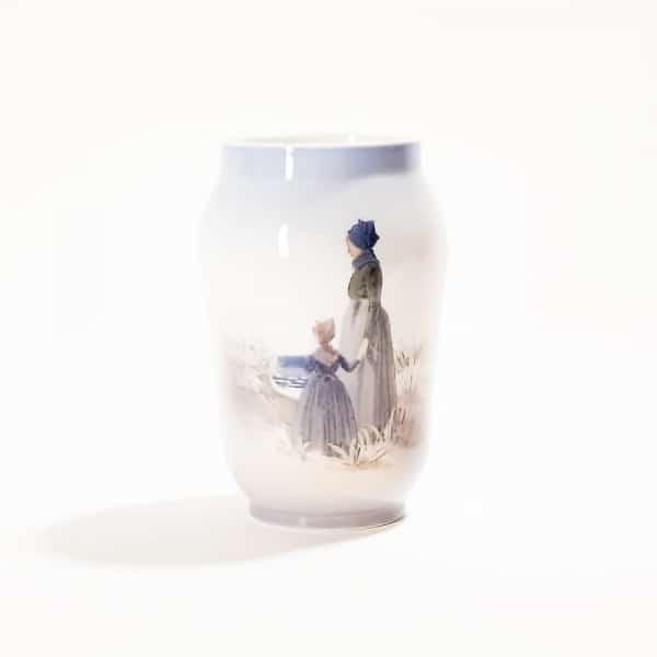 Фарфоровая ваза «Мать с дочерью на берегу»