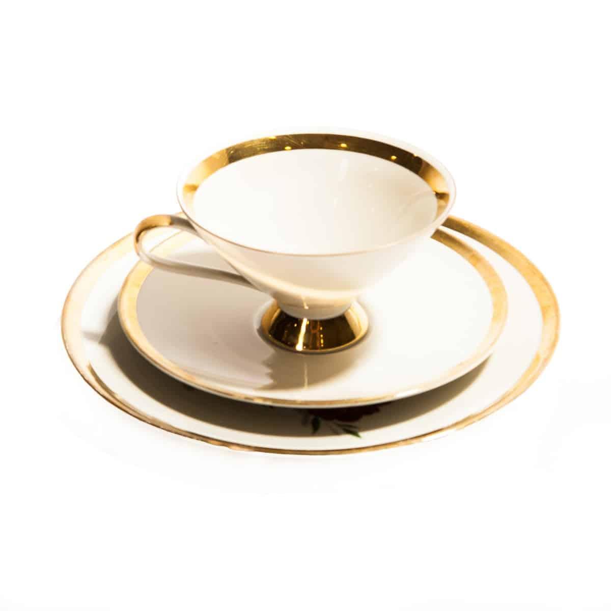 Чашка и два блюдца с золотой каемкой