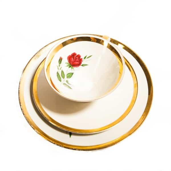Чашка с розой и две тарелки