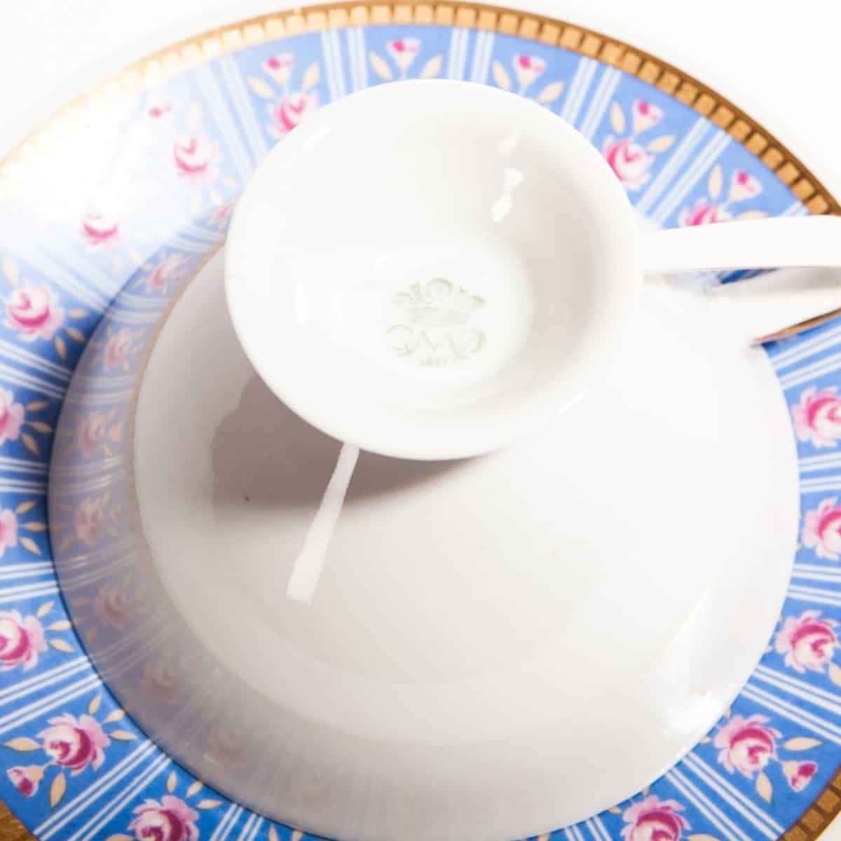 Основание синей фарфоровой чашки с клеймом завода