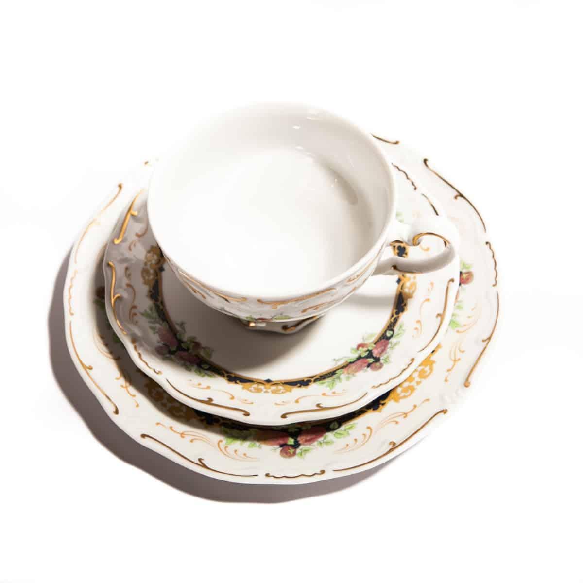 Чайная тройка с черными элементами и цветами