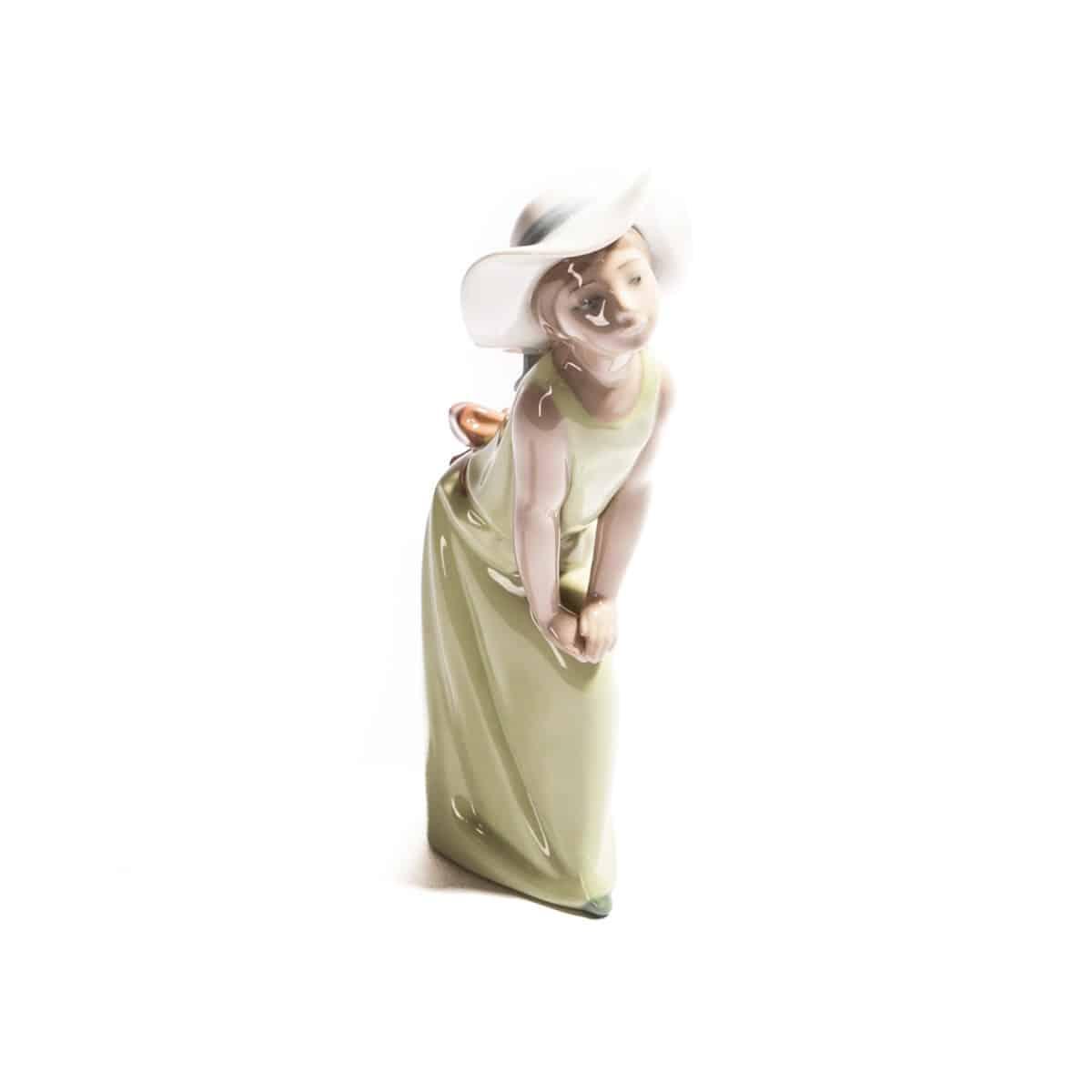 Девочка в зеленом платьице и белой шляпке