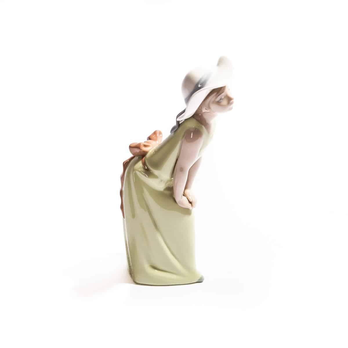 Девочка в зеленом платье и белой шляпой