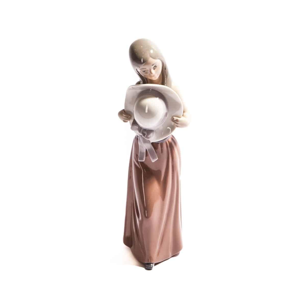 Девочка с красивой белой шляпкой