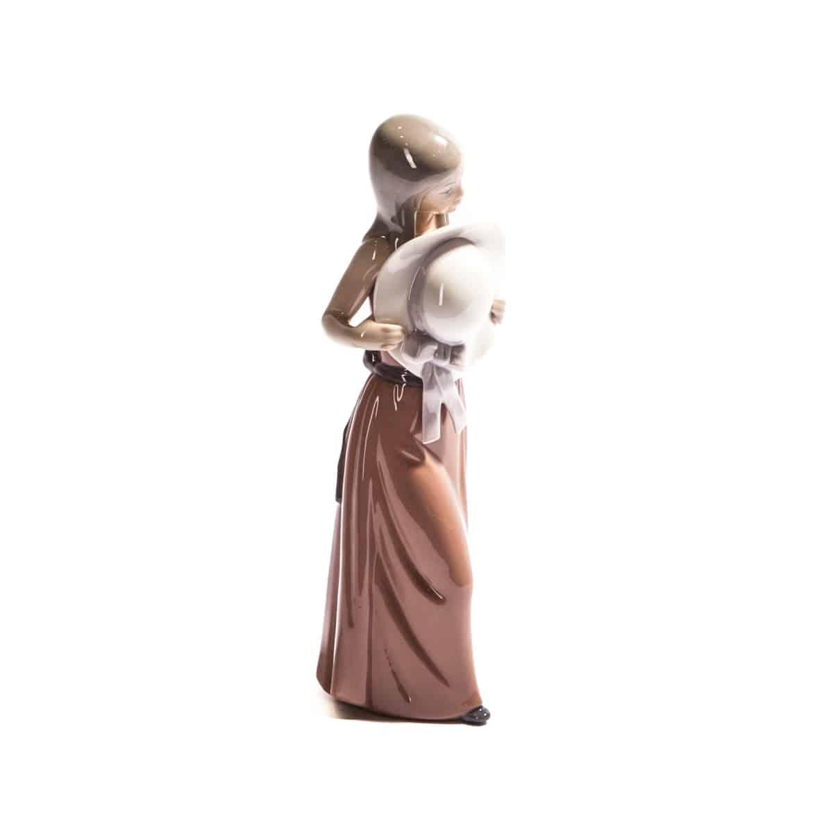 Девочка в платье с шляпой