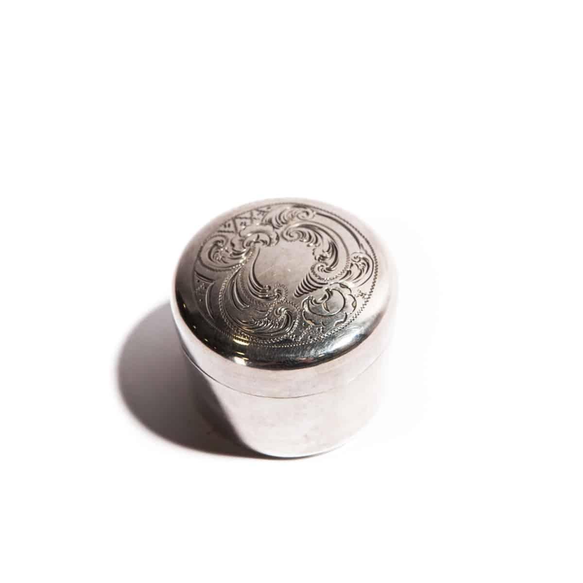 Коробочка из серебра с узором