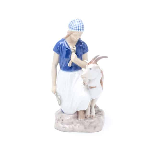"""Девушка кормит козу"""