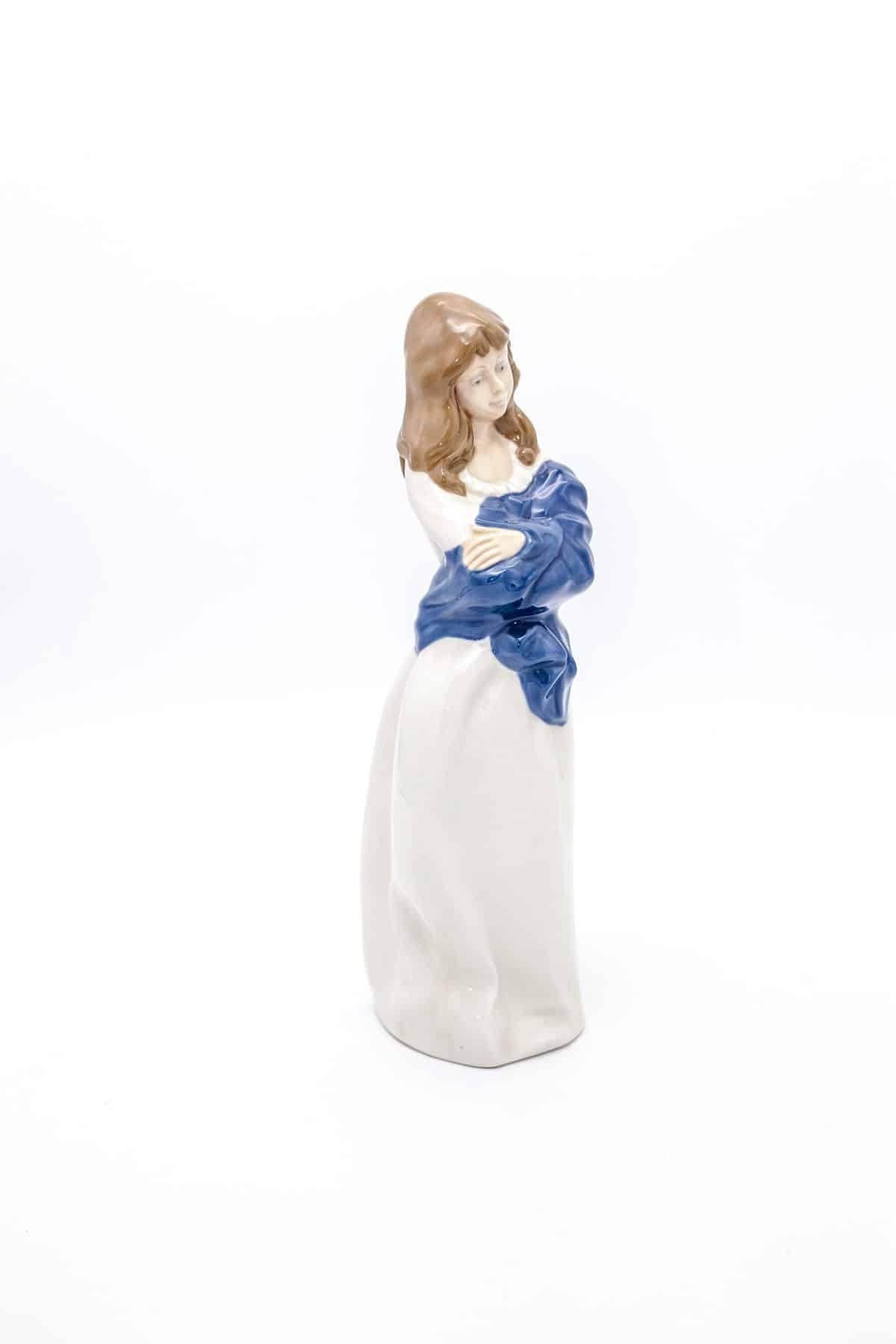 Девушка с синей шалью
