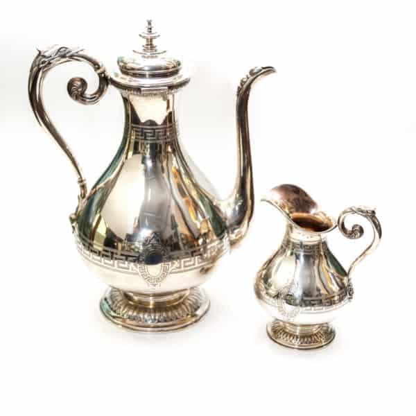 Серебряный чайник и молочником