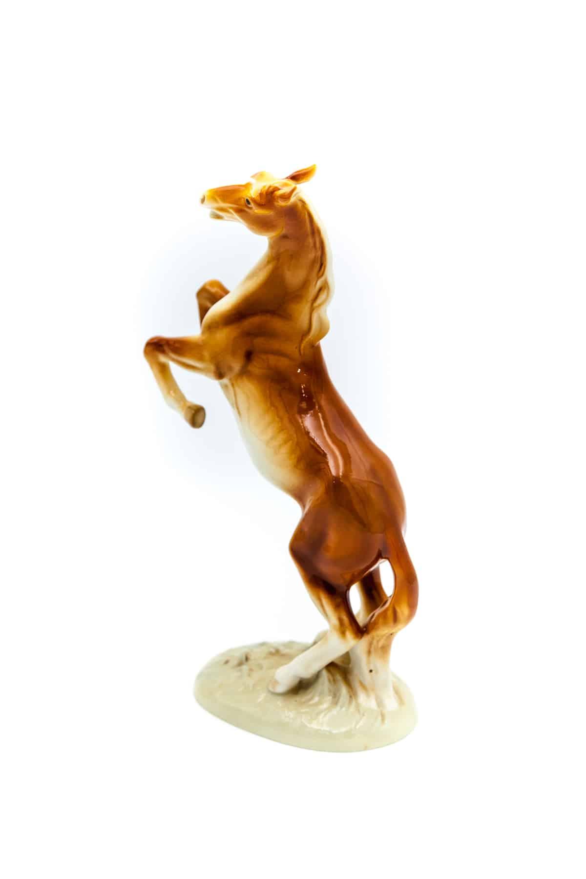 statuehtka gnedoj kon