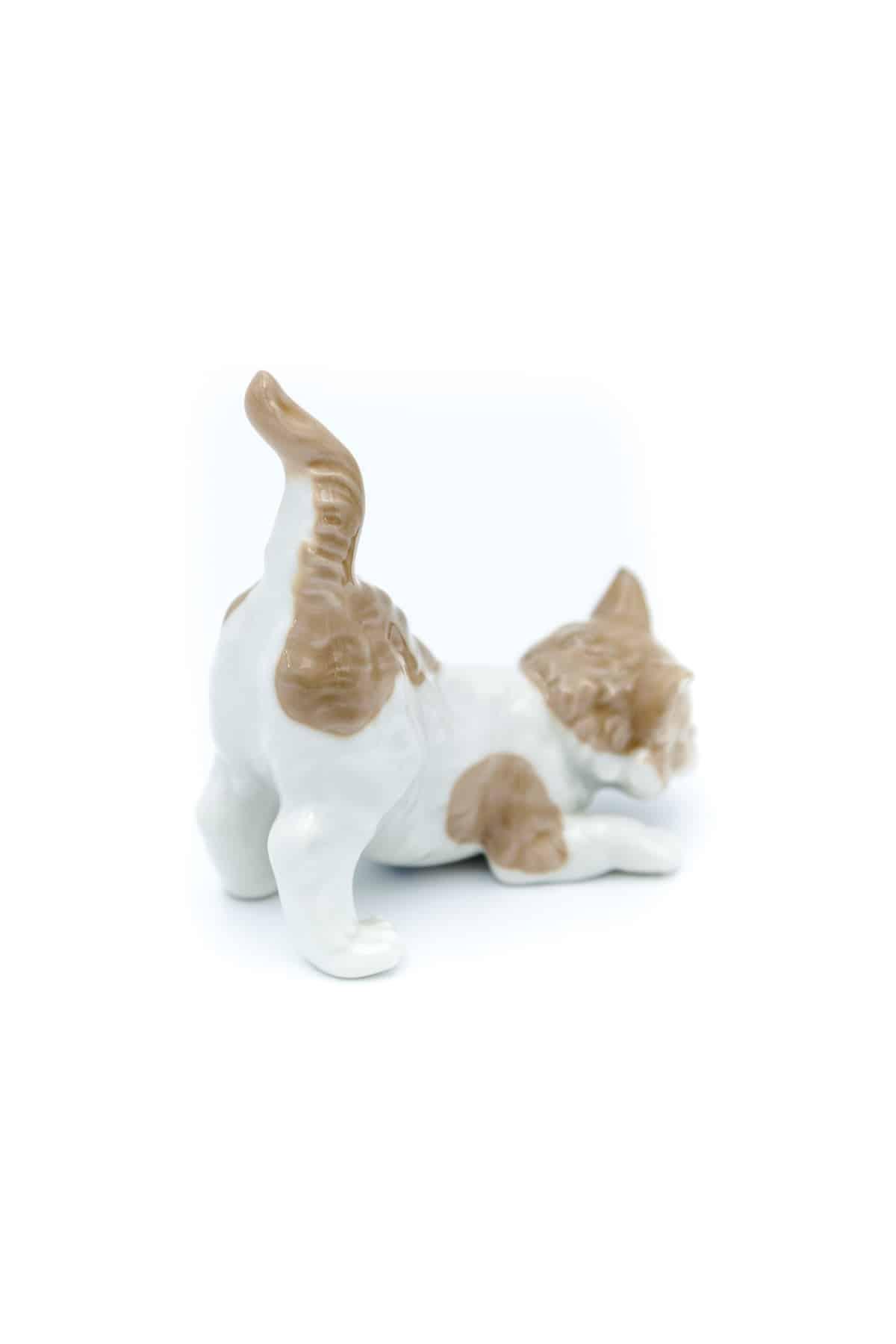 farforovaya statuetka igrivyy kotik