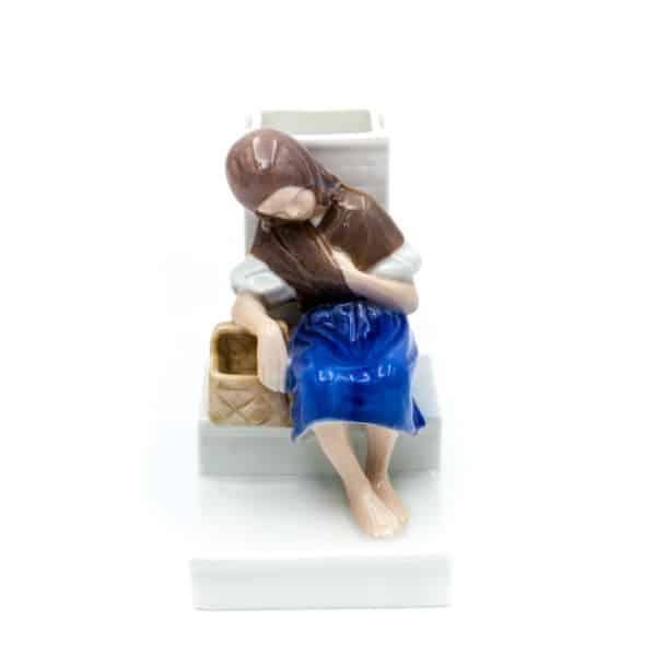 farforovaya statuetka devochka s korzinoj
