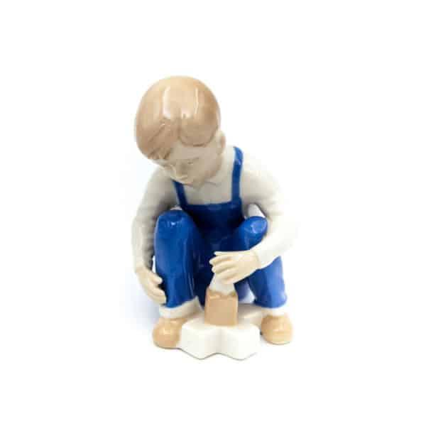 farforovaya statuetka malchik s kubikami