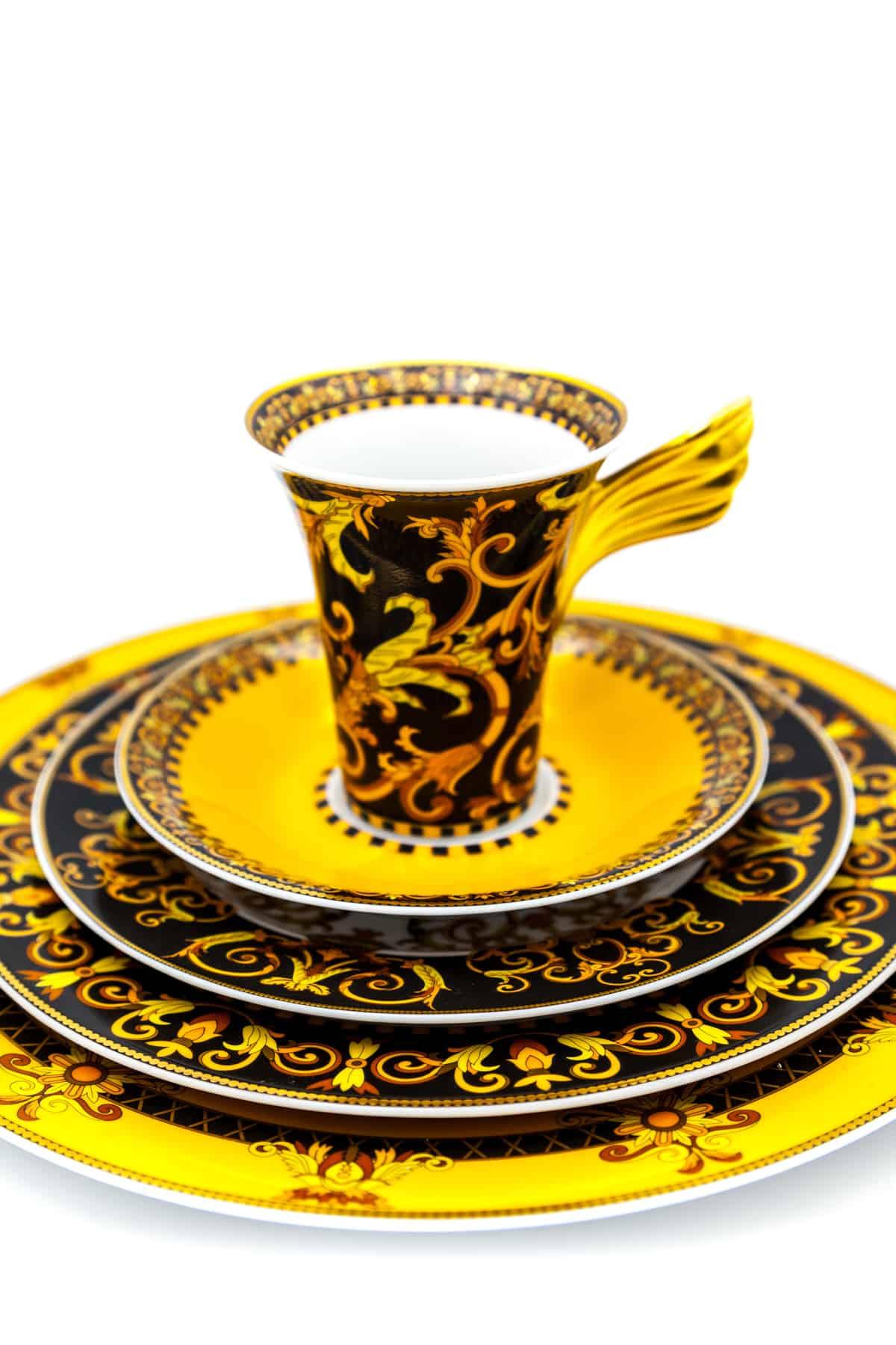 farforovaya chashka s tarelkami