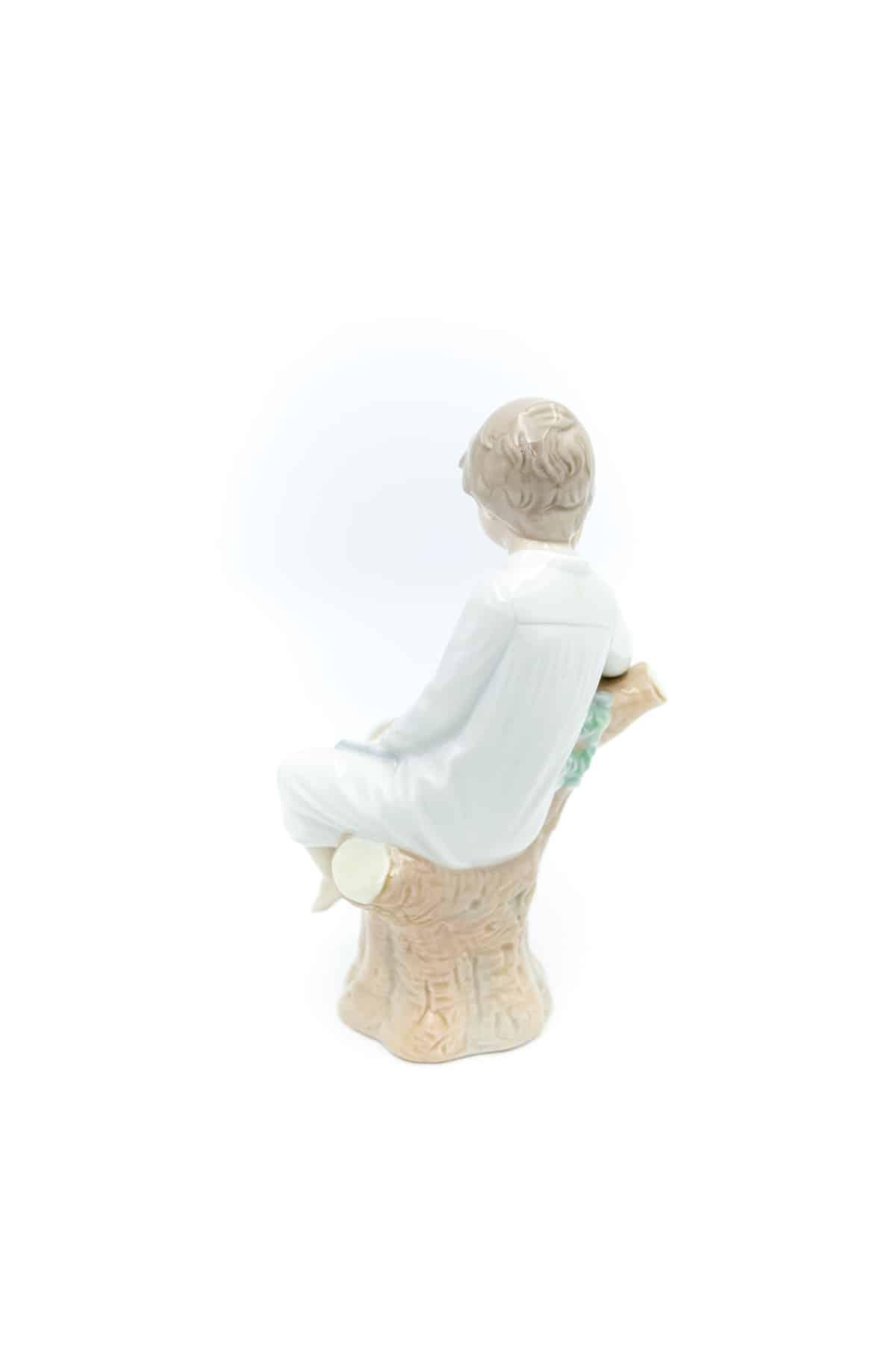 farforovaya statuetka malchik s knigoy