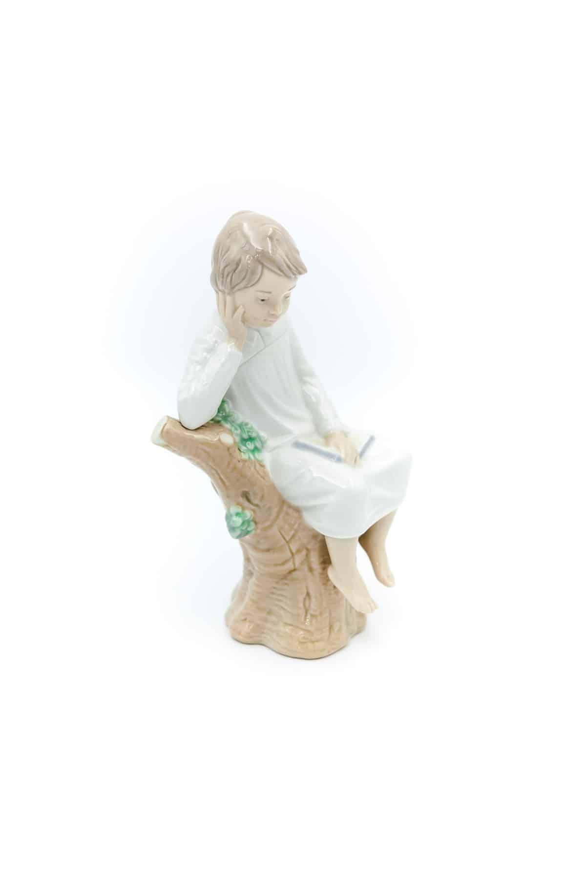 farfrorvaya statuetka malchik s knigoy