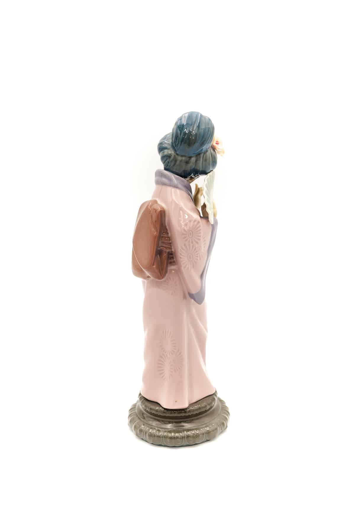 farforovaya statuetka geysha s veerom