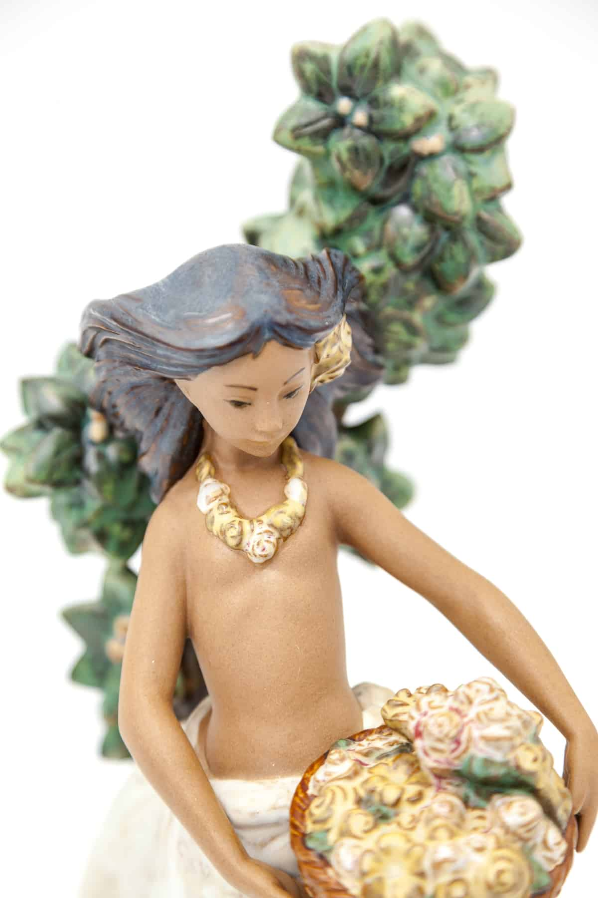 farforovaya statuetka devushka s cvetami