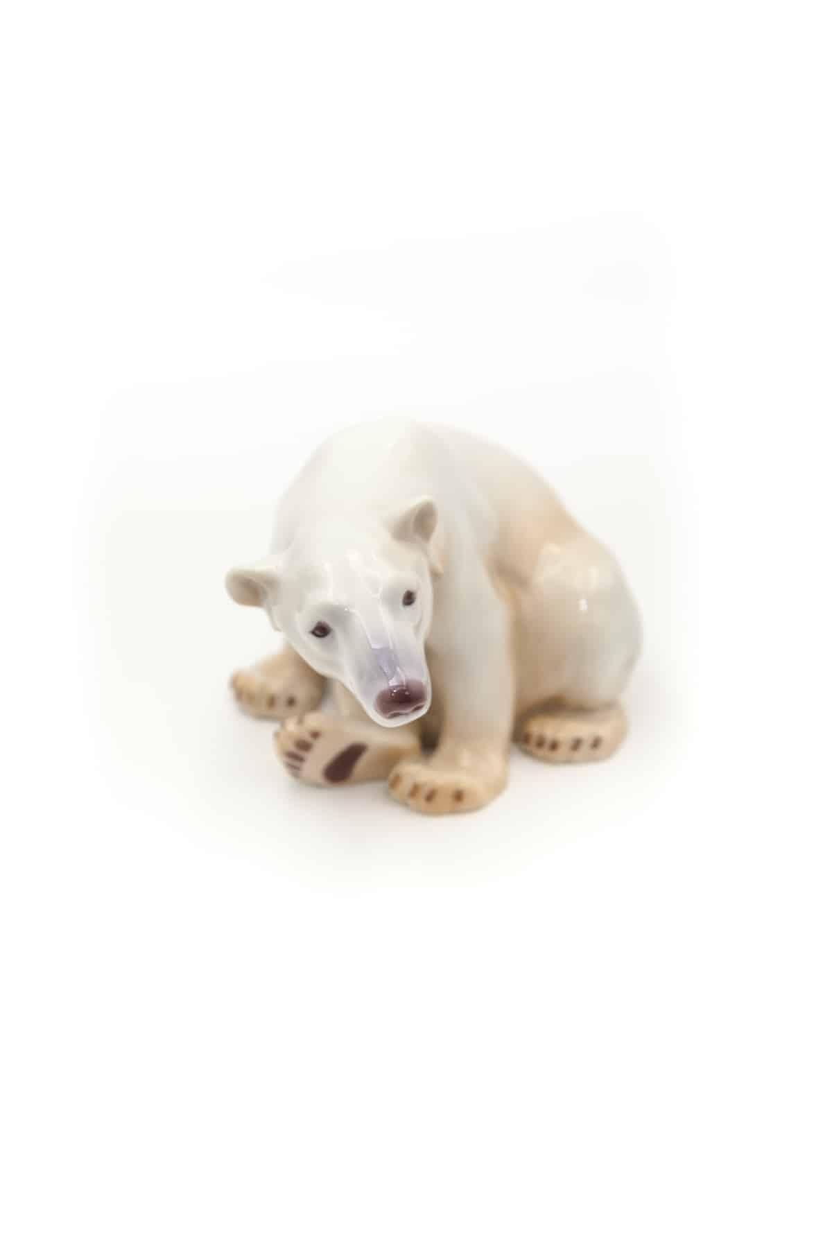 farforovaya statuetka belogo medvedya