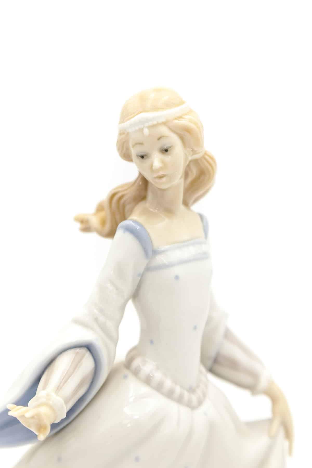 farforovaya statuetka zolushka