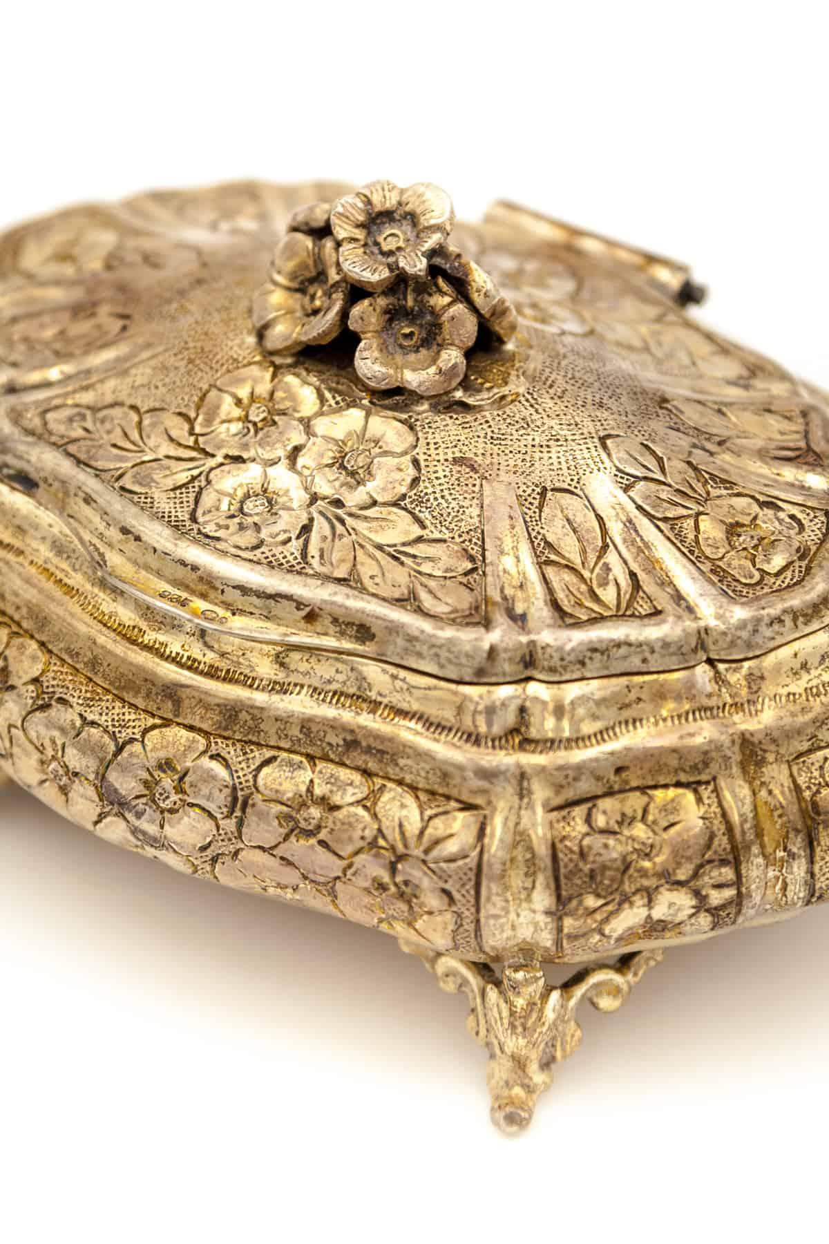 serebryanaya shkatulka s cvetami