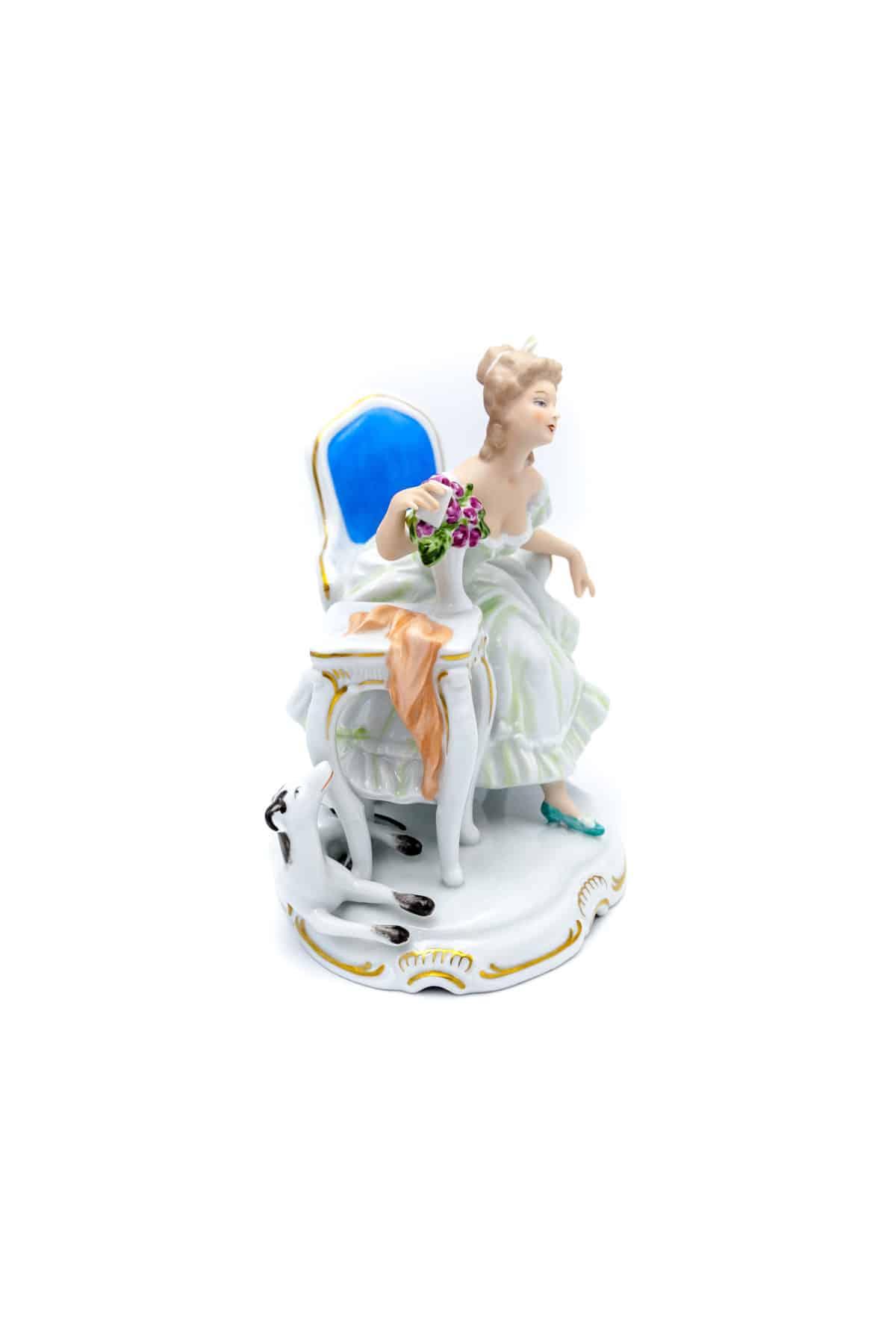 sculptura dama s sobakoy