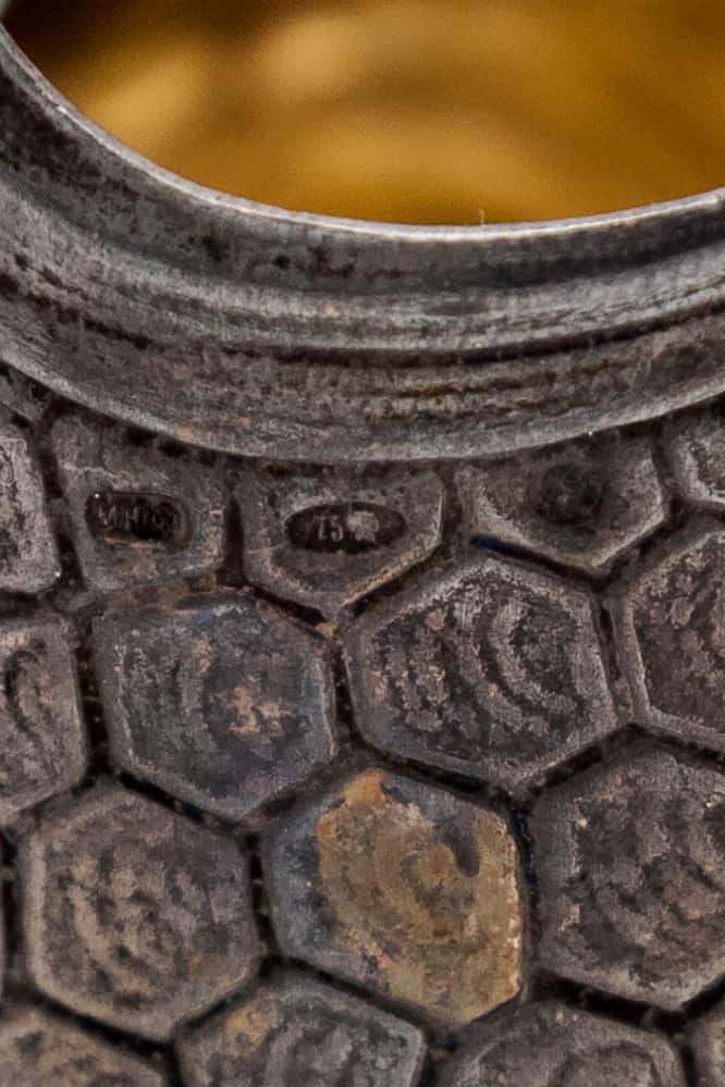 serebryanyy podstakannik slony