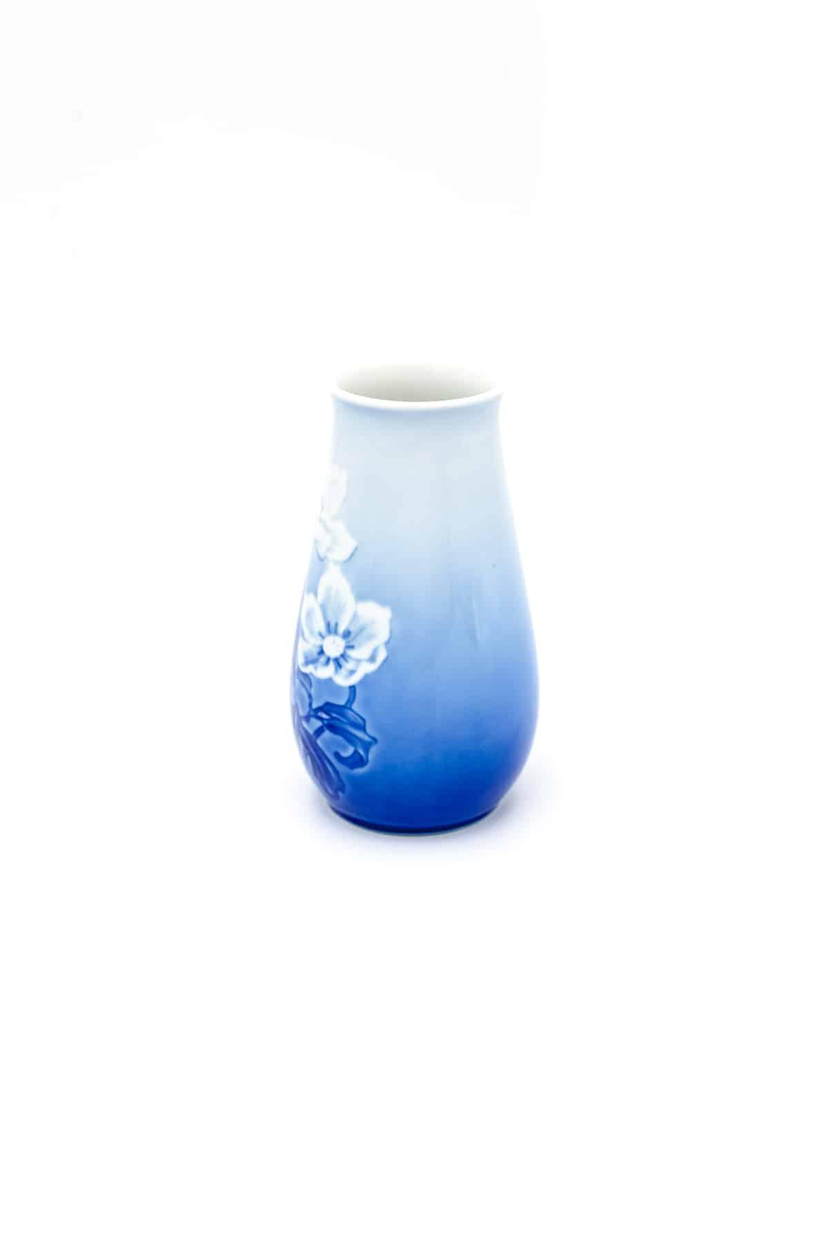 farforovaiy vaza c relefnymi tsetami