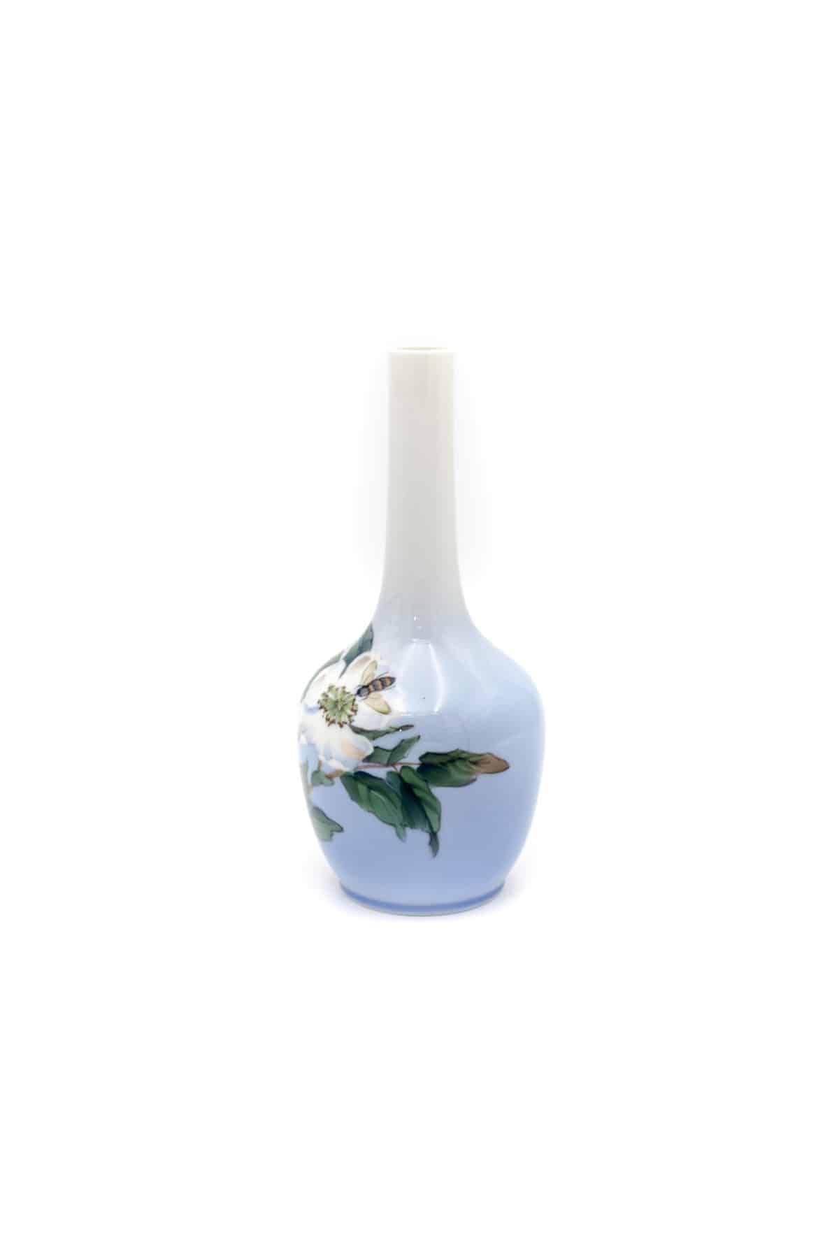 farforovaya vaza pchela na cvetke