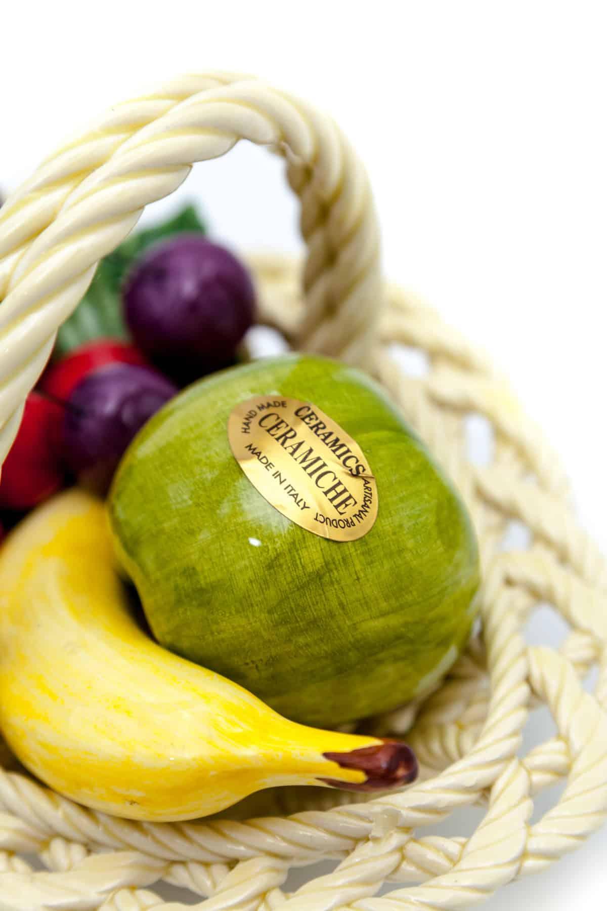 korzinka s fruktami i yagodami