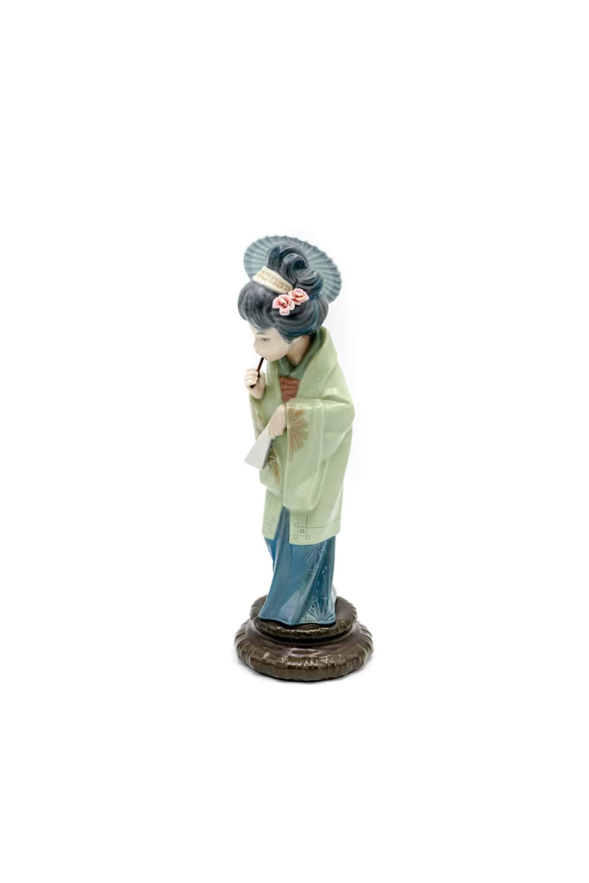statuetka geysha na progulke