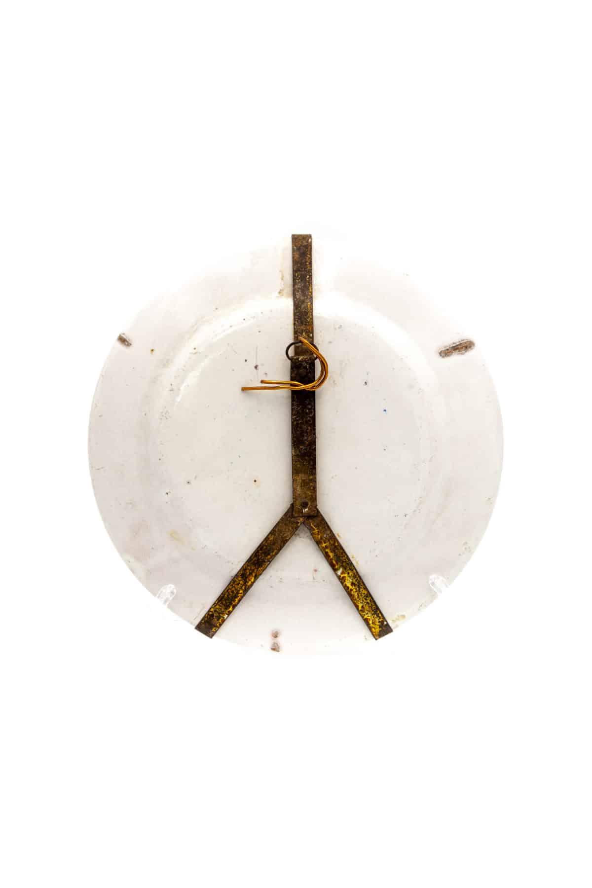 keramicheskaya tarelka zhenshina v sadu